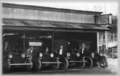 Kaka'ako Taxi Stand, ca. 1920. (Photo courtesy Yuri Ishibashi.)