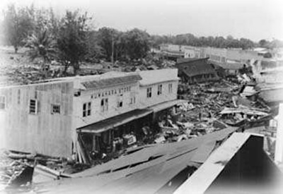 Kuwahara Store was one of the few structures on the ocean side of Kamehameha Avenue in downtown Hilo to survive the 1946 tsunami. (Pacific Tsunami Museum)